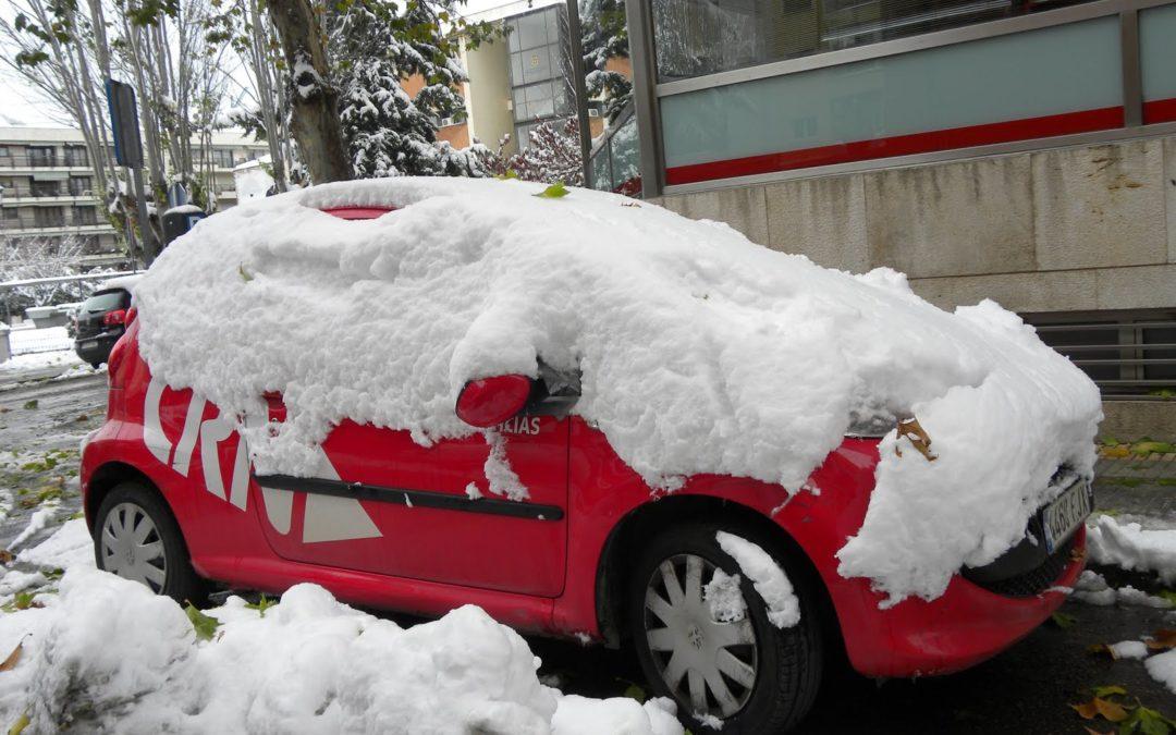 El nevazo caido este lunes en Cuenca hace muy difícil la tarea a los medios