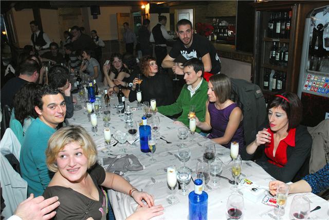 Políticos y Prensa disfrutan de la tradicional cena de navidad.