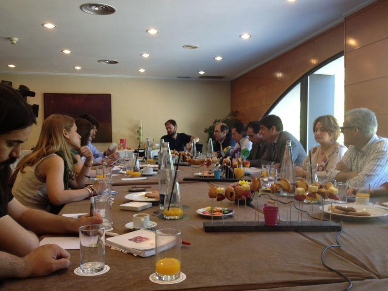 Desayuno de Juan Ávila con los medios
